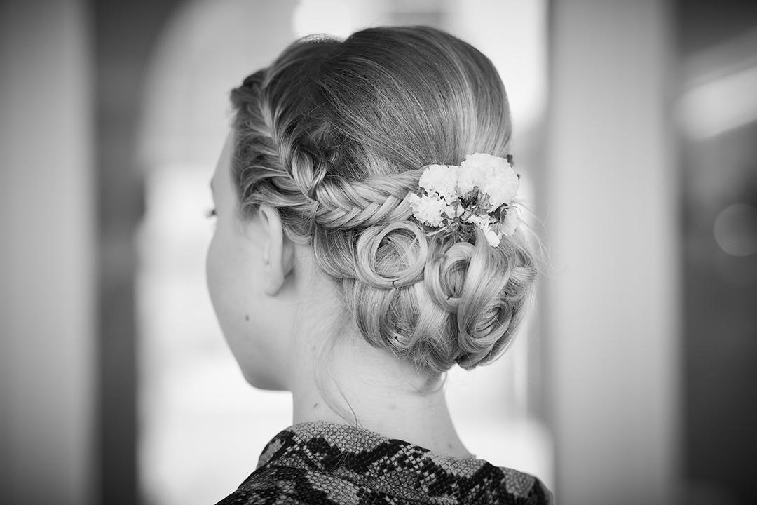 Eine fertige Brautfrisur vom Blond