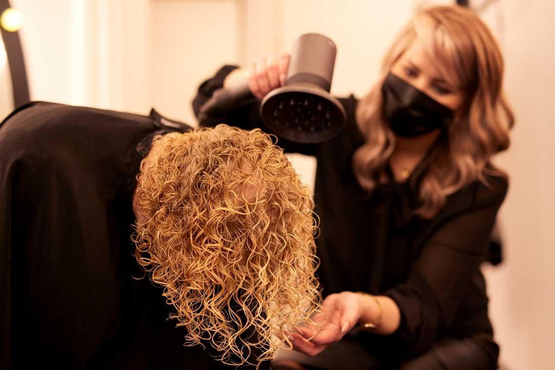 Neu: Dauerhafte Haarumformung.